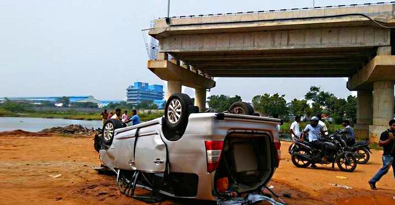 अधूरे फ्लाईओवर से 30 फ़ीट नीचे गिरी Toyota Innova! 3 की मौत