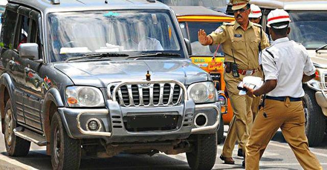 दिल्ली में 45 कार चालकों पर बुलबार का इस्तेमाल करने के कारण लगा जुर्माना