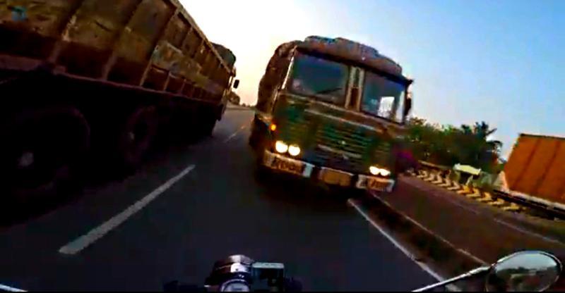 Wrong Side से आ रही ट्रक से बाल-बाल बची Royal Enfield, खुद देखिये [Video]