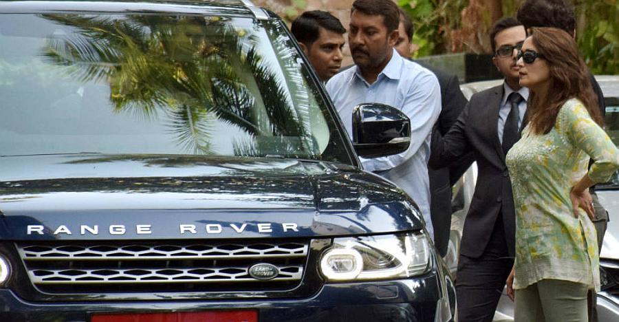 Madhuri Dixit को Range Rover Sport की टेस्ट ड्राइव लेते हुए देखा गया [Video]