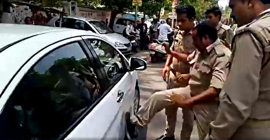 पुलिसकर्मी ने Honda City पर लात चलाकर दरवाज़े को किया डेंट [Video]