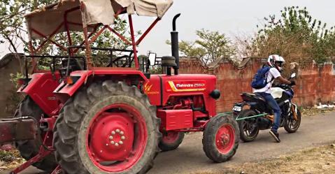 कैसे इस Bajaj Dominar 400 ने 2 हज़ार किलो से ज़्यादा भारी ट्रैक्टर को खींच अपने पॉवर का प्रदर्शन किया…