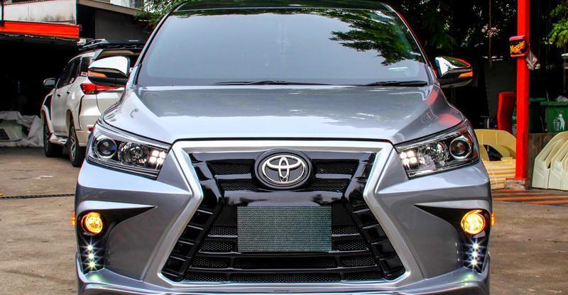 ये Toyota Innova Crysta मॉडिफाई होकर एक Lexus बन गयी है!