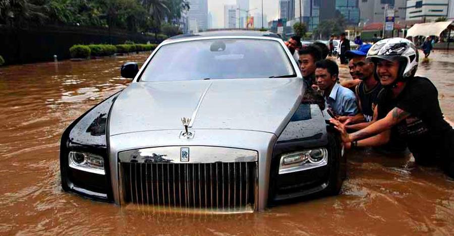 बाढ़ ग्रस्त सड़कों पर ड्राइव करते समय इन 10 बातों का अधिक ध्यान रखें।