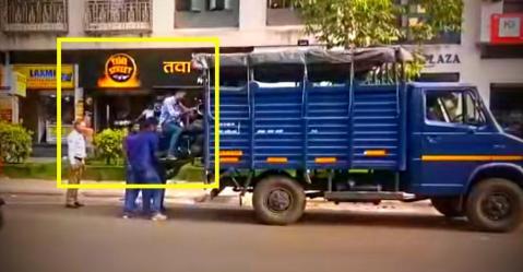 पुणे में नो-पार्किंग में खड़ी बाइक को उसपर बैठे इंसान के साथ चढ़ा दिया ट्रक पर!