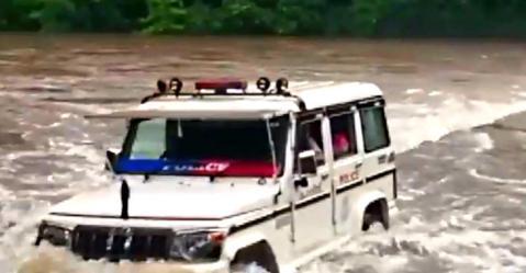 बाढ़ में फंसे लोगों को बचाने के लिए केरल पुलिस अपने Mahindra Bolero के साथ नदी में उतरी