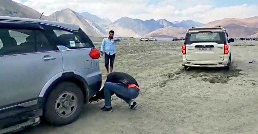 देखिये कैसे Ladakh में Tata Hexa फँसे हुए Toyota Innova और Mahindra Scorpio को बचाती है…