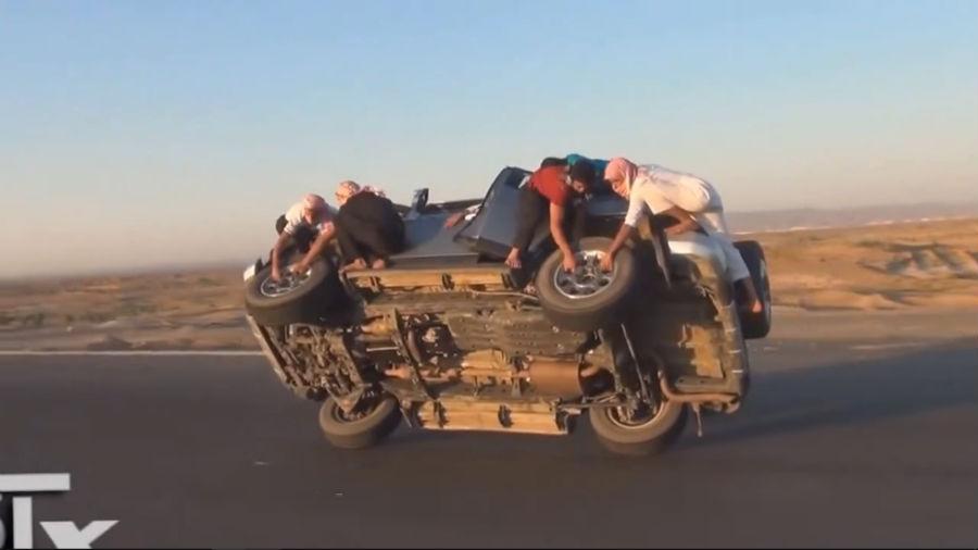चलती गाड़ी के टायर्स कैसे बदलें, देखिये सऊदी अरब ने क्या नई तकनीक इजाद की है!