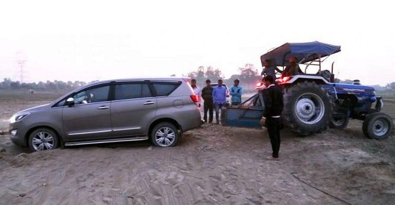 Toyota Innova Crysta फँसी बालू में, ऐसे हुआ ट्रैक्टर से बचाव…