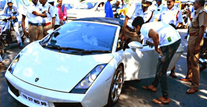 Lamborghini Gallardo से डरी महिला पुलिस, आगे की कार्यवाही में ये हुआ…