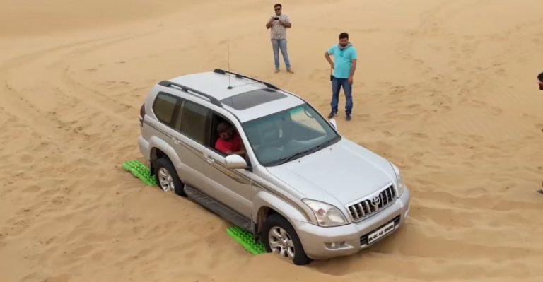 देखिये ढीले रेत में फंसी Land Cruiser Prado और Toyota Fortuner को कैसे निकाला गया बहार