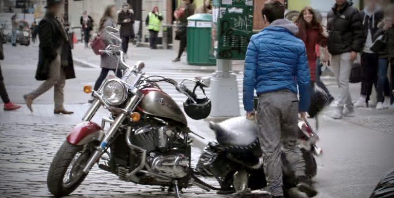 देखिये कैसे एक ही झटके में दो टुकड़े हो गयी बाइक; कराटे का कमाल?