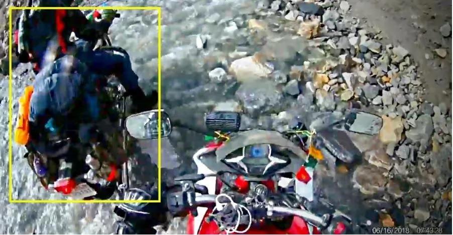 देखिये कैसे Royal Enfield Bullet फँस गयी और Honda CBR ने किया झील को आसानी से पार!