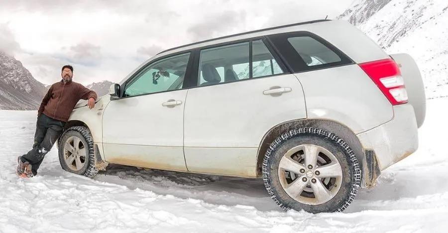 Maruti Suzuki Grand Vitara के बंद होने के बाद भी बर्फ के बीच कैसे चल रही है ये गाड़ी?