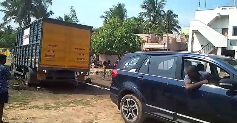 देखिये इस Tata Hexa ने कितनी आसानी से की इस ट्रक की मदद