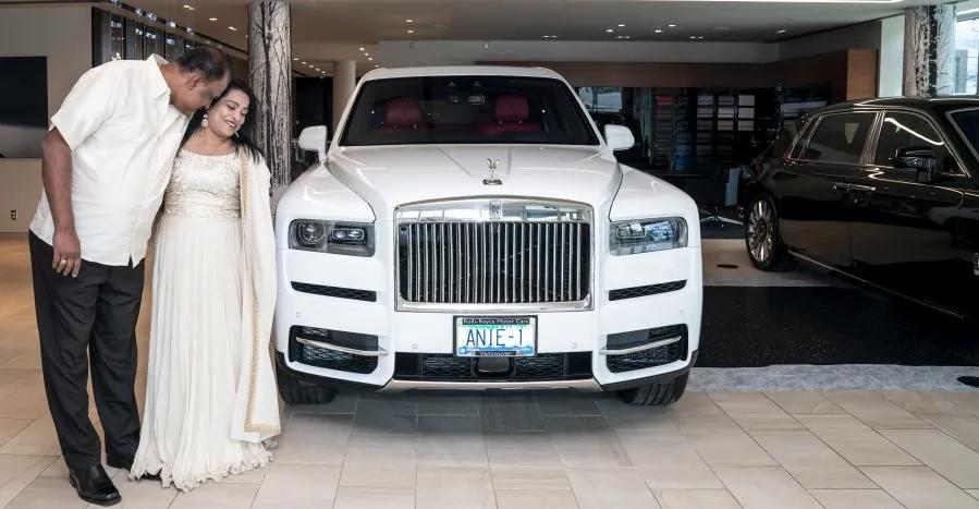 शादी की सालगिरह पर पति पत्नी को Rolls Royce Cullinan ULTRA लग्जरी SUV गिफ्ट करता है
