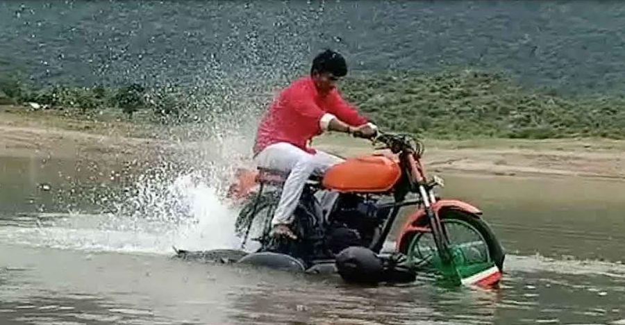 देखिये घर पे बनी इस पानी में चलने वाली bike को:19 वर्षी छात्र [वीडियो]