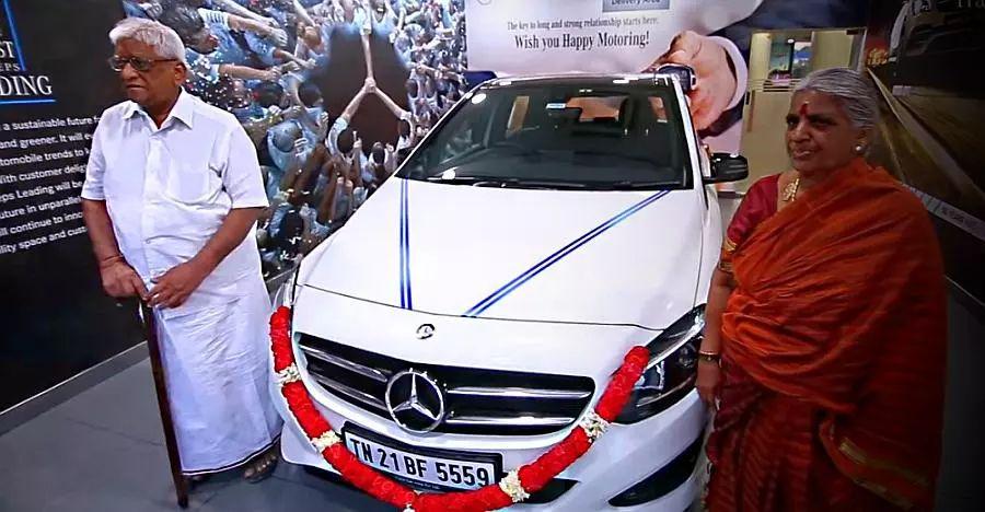 भारतीय किसान Mercedes Benz खरीदता है: 80 साल बाद बचपन के सपने को पूरा करता है [वीडियो]