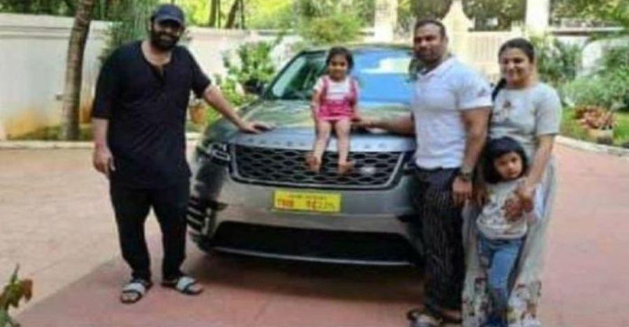 स्टार Prabhas ने जिम ट्रेनर को गिफ्ट की 89 लाख रु की Range Rover Velar