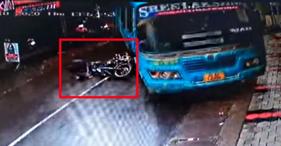 अलर्ट बस ड्राइवर ने मोटरसाइकिल सवार को बचाया जो एक गीली सड़क पर फिसल गया [Video]
