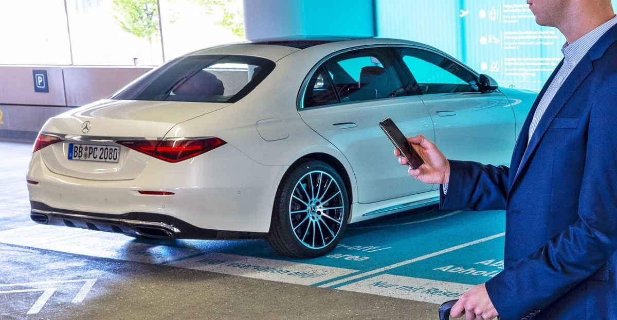 2021 की Mercedes S-Class 'एक्शन में स्वचालित वॉलेट पार्किंग' देखें [वीडियो]