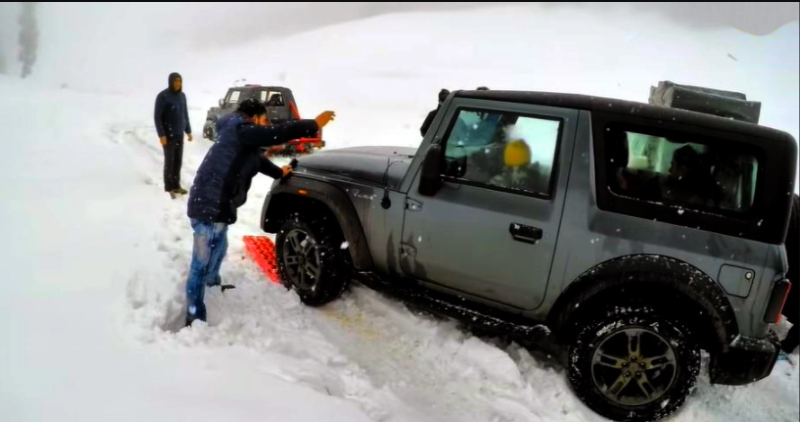 All New 2020 Mahindra Thar बर्फ में फंस गया: बचाव के लिए Traction Board