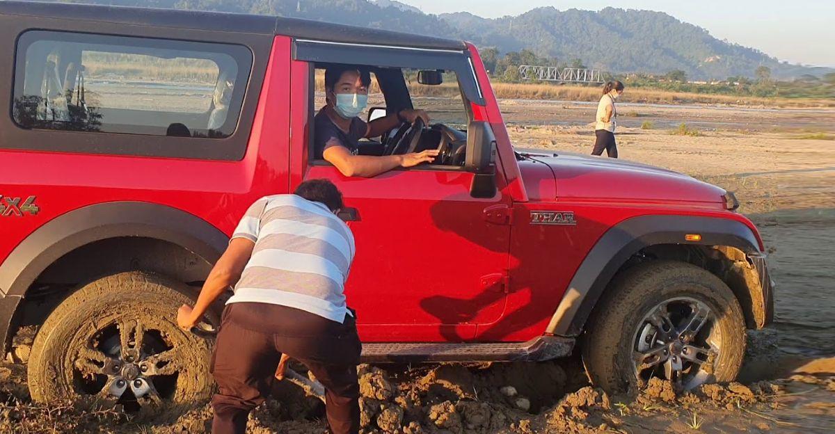 New Mahindra Thar नदी के तल में अटक जाता है: किसे दोष देना चाहिए?