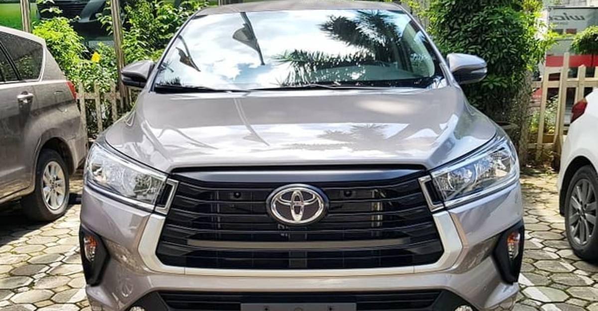 2021 Toyota Innova Crysta फेसलिफ्ट भारत में एक डीलर के स्टॉकयार्ड में देखी गयी