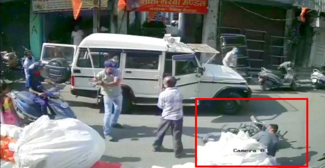 पुलिस ने Mahindra Bolero का दरवाजा खोला और बाइकर्स को गिराया