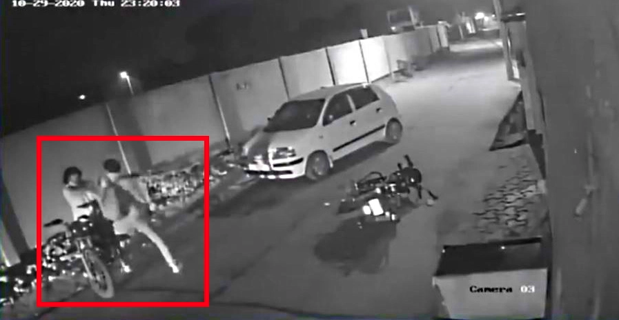 दिल्ली पुलिस का सिपाही, दोस्त सड़क की क्रोध पूर्ण घटना में पड़ जाते है और गोली चली: गिरफ्तार [वीडियो]