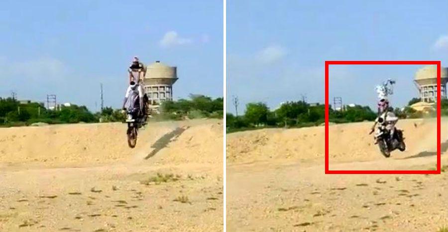 Royal Enfield Bullet सवारों ने एक बालुकूट पर कूदने की कोशिश की: विफल हुए और गिरे [वीडियो]