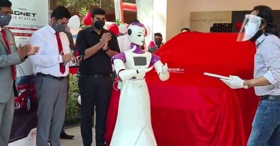 Kia Sonet Compact SUV केरल, भारत में एक रोबोट द्वारा वितरित की गई