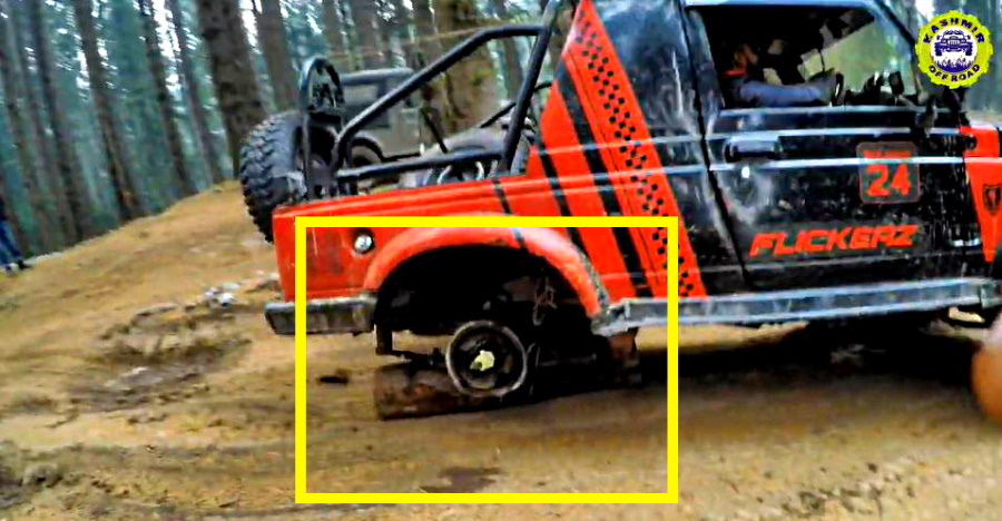 Maruti Gypsy मालिक एक ऑफ-रोड इमरजेंसी के दौरान रियर व्हील के स्थान पर log का उपयोग करता है