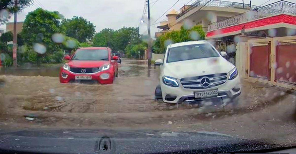Tata Nexon ने बाढ़ वाली सड़क को आसानी से पार किया जबकि Volvo XC90 फस जाता है [वीडियो]