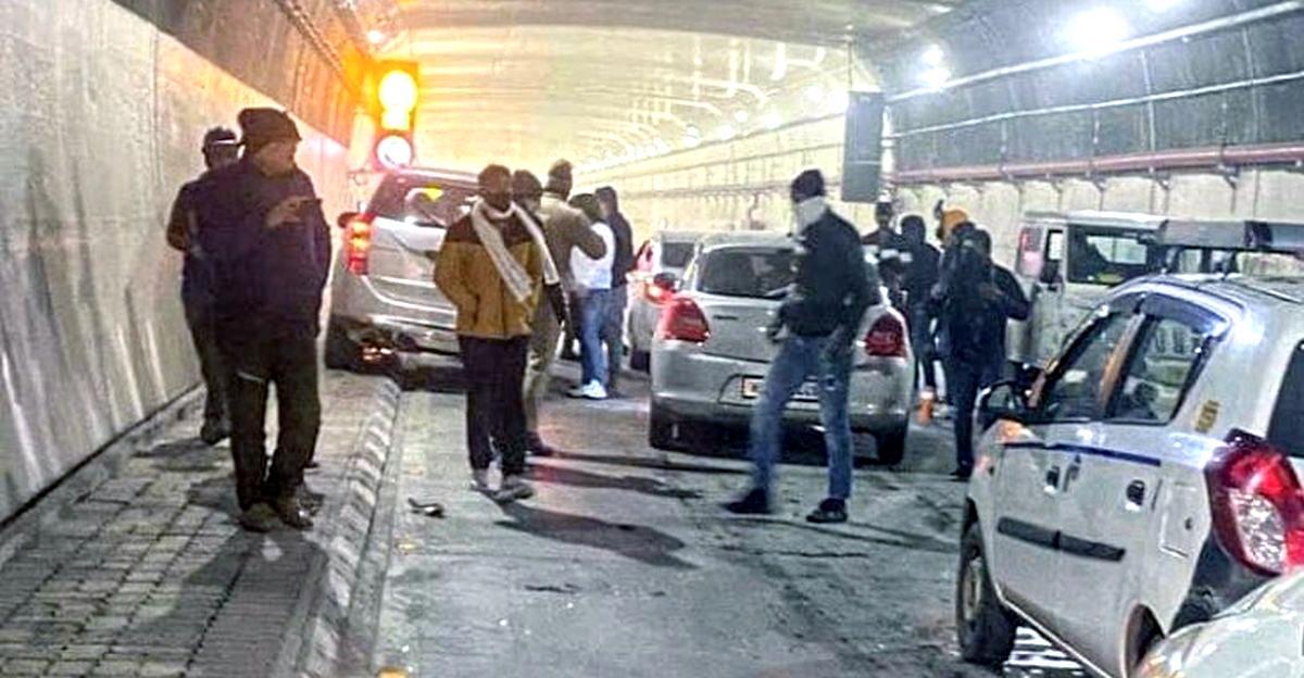 अटल सुरंग में ट्रैफिक जाम के बाद 3 कारें जब्त, 7 गिरफ्तार
