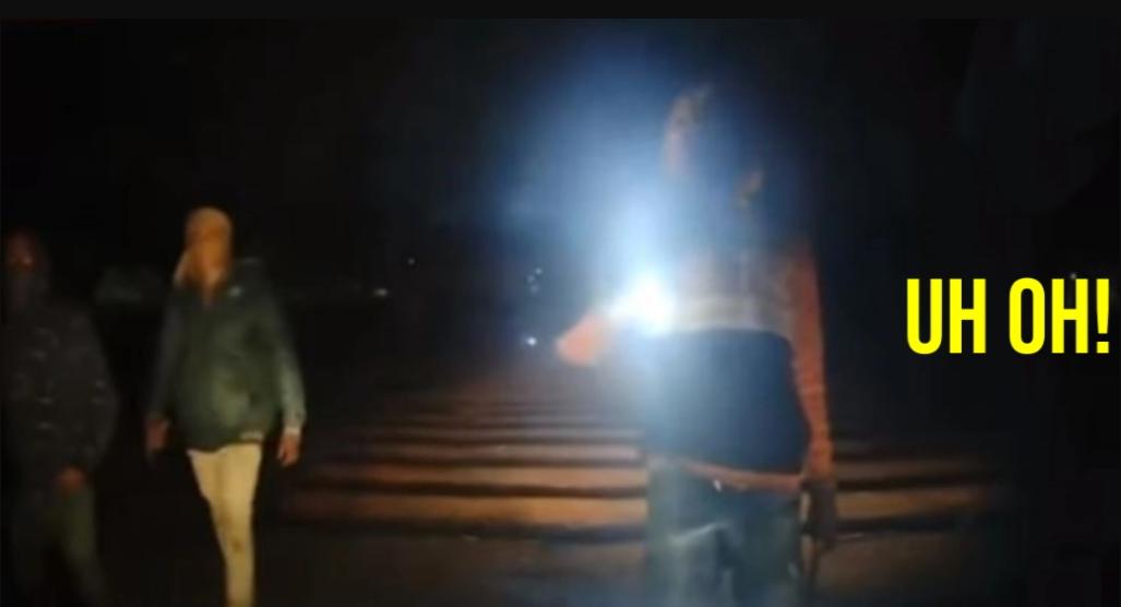 डरावना वीडियो रात में कार अपहरण का प्रयास, चालक संकीर्ण रूप से भाग जाता है
