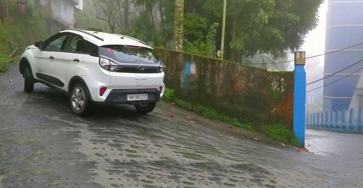 Tata Nexon एक फिसलन भरी सड़क पर चढ़कर दिखाती है कि ESP इतना महत्वपूर्ण क्यों है