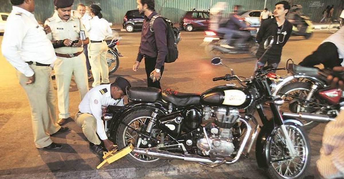 Police ने 3,000 Royal Enfield मालिकों को जुर्माना लगाया, और संशोधित Exhausts के लिए 30 लाख रुपये जुर्माना एकत्र किए
