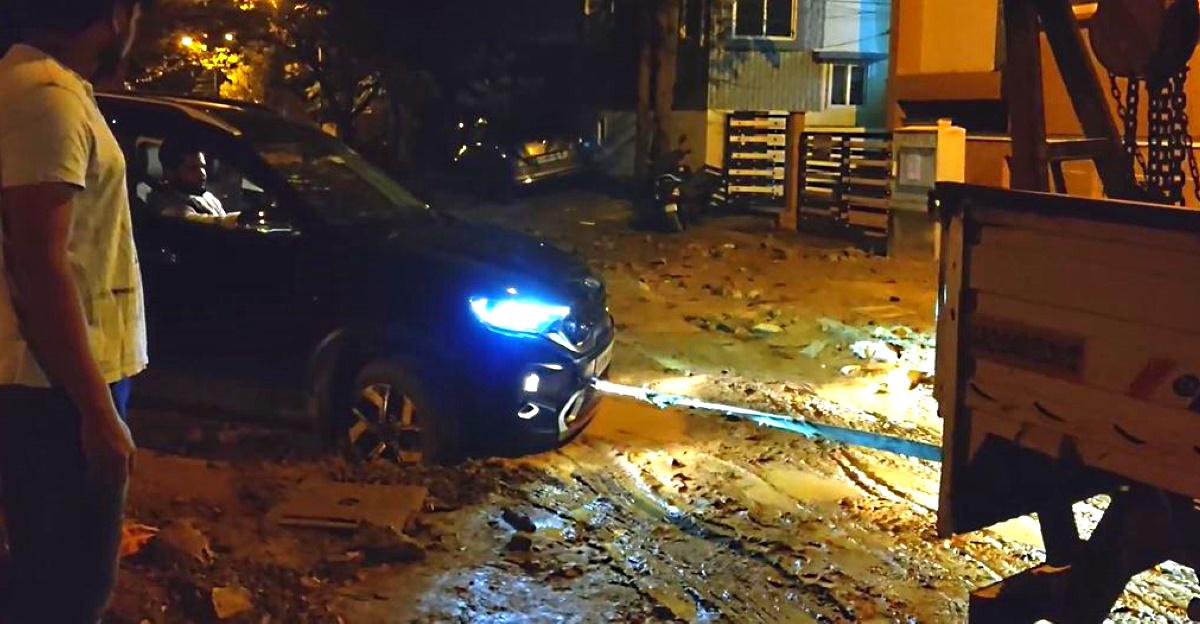 Kia Sonet बेंगलुरु में रोड पर फंस गया: बचाव के लिए टो ट्रक