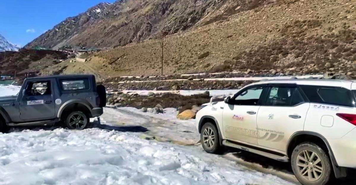 Toyota Fortuner द्वारा बर्फ में फंसा नया Mahindra Thar को बचाया गया