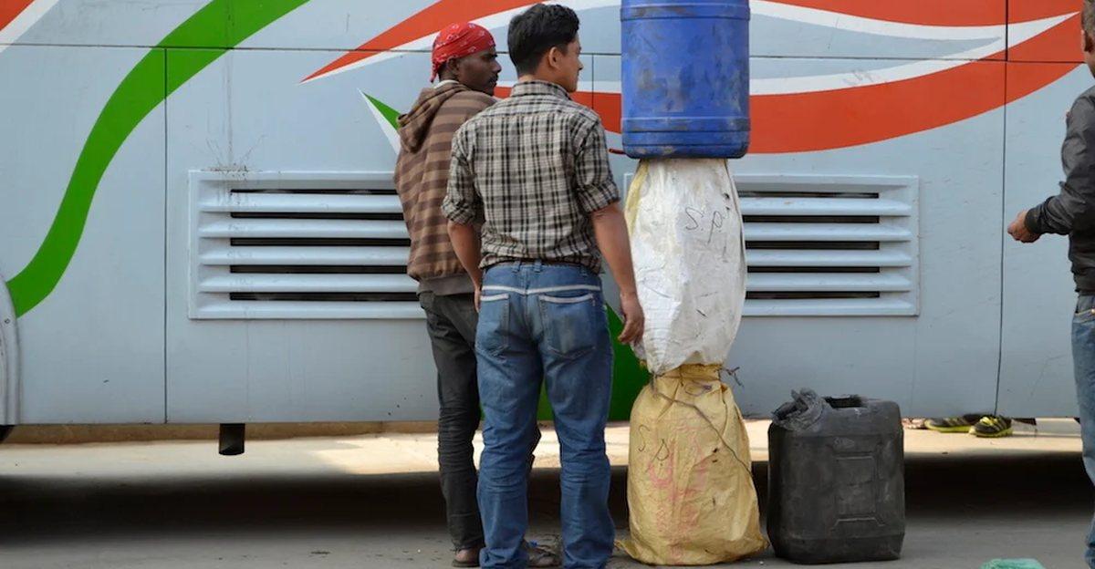 नेपाल से भारत में Petrol की तस्करी की जा रही है क्योंकि वहाँ यह 22 रु सस्ता है