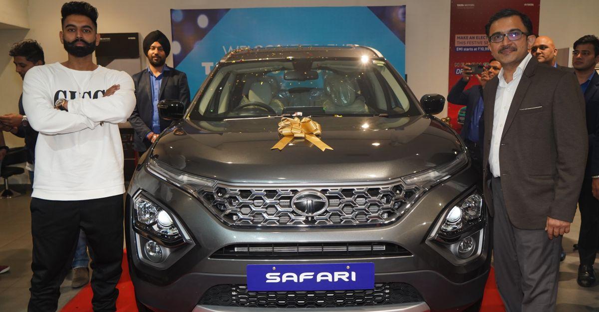 Tata Motors ने पंजाब में अभिनेता, गायक और निर्देशक Parmish Verma को पहली नई Safari वितरित की
