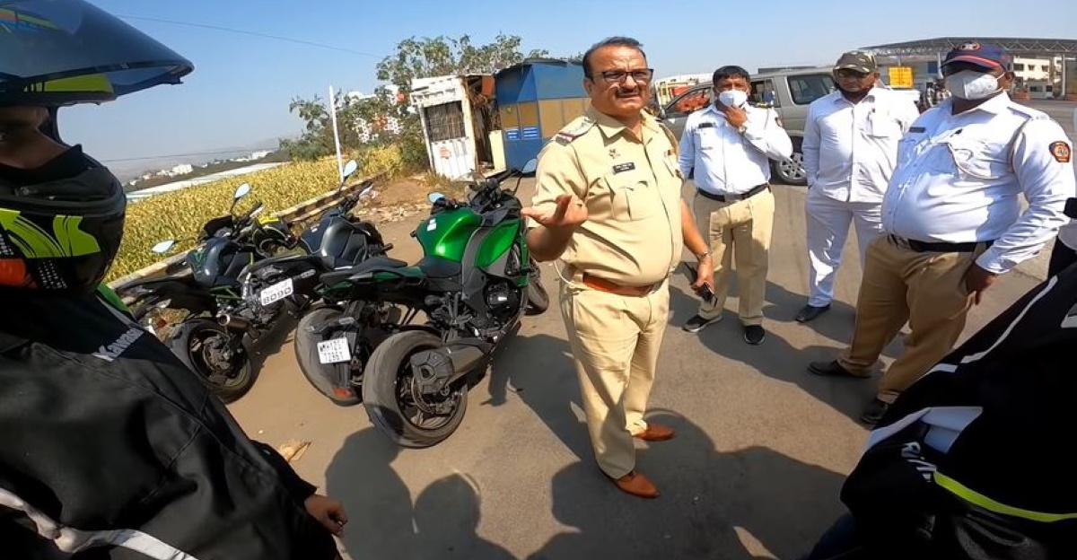 सिपाही का कहना है कि पुणे-बैंगलोर हाईवे पर प्रतिबंध लगा दिया गया है, और 20 से अधिक सुपरबाइक सवारों पर जुर्माना लगाया गया है