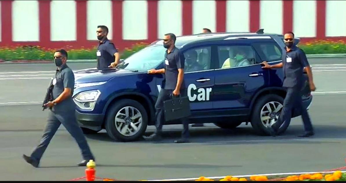 देखें CISF कर्मी VIP सुरक्षा और निकासी के लिए काफिले में All New Tata Safari का उपयोग करते हैं