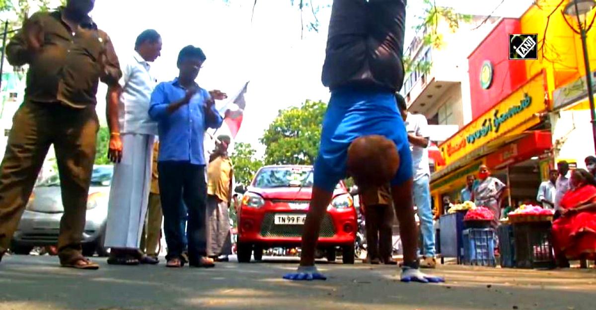 Yoga प्रशिक्षक एक Maruti Suzuki Alto 800 खींचता है चुनावी रैली में उल्टा चलते हुए
