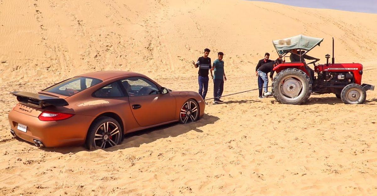 Porsche Carrera S रेत के टीलों में अटक जाता है: ट्रैक्टर द्वारा निकाला गया