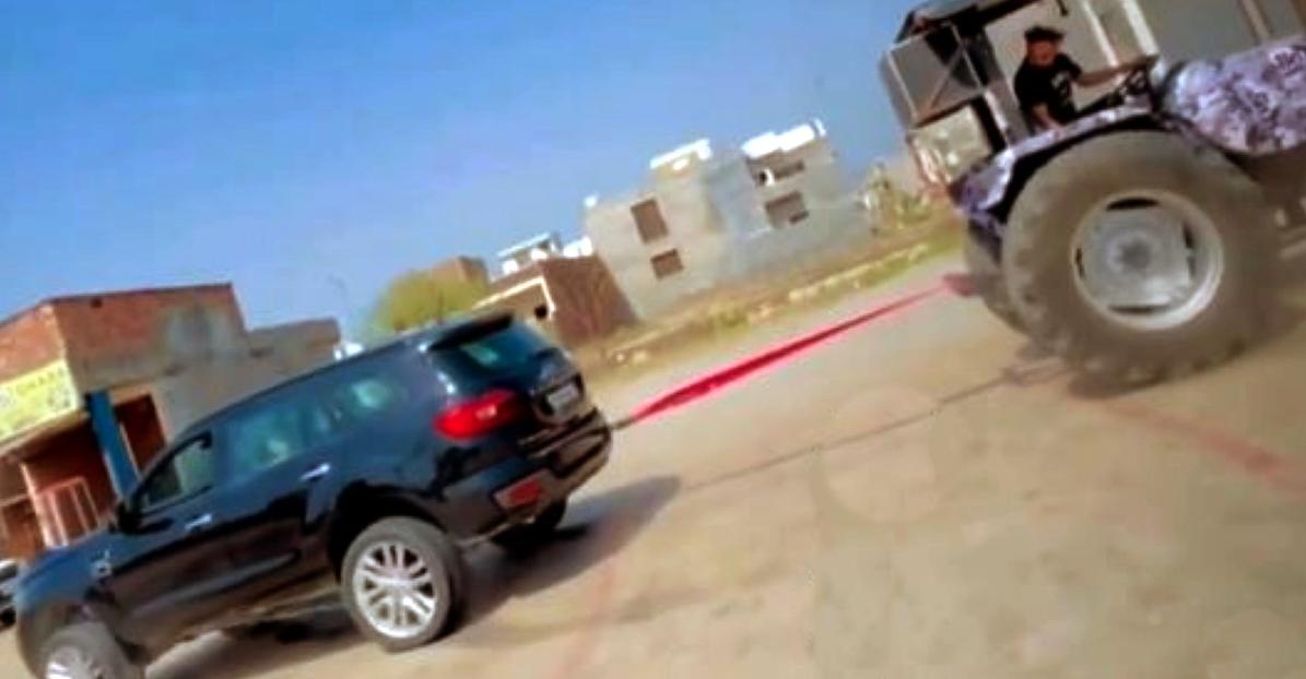 रस्साकशी में Ford Endeavour बनाम Tractor: कौन जीतेगा