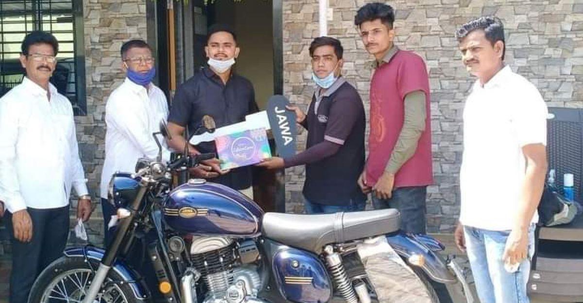 Jawa ने रेलवे के हीरो Mayur Shelke को एकदम नई बाइक उपहार में दी: Anand Mahindra उन्हें जल्द ही Thar उपहार में देंगे