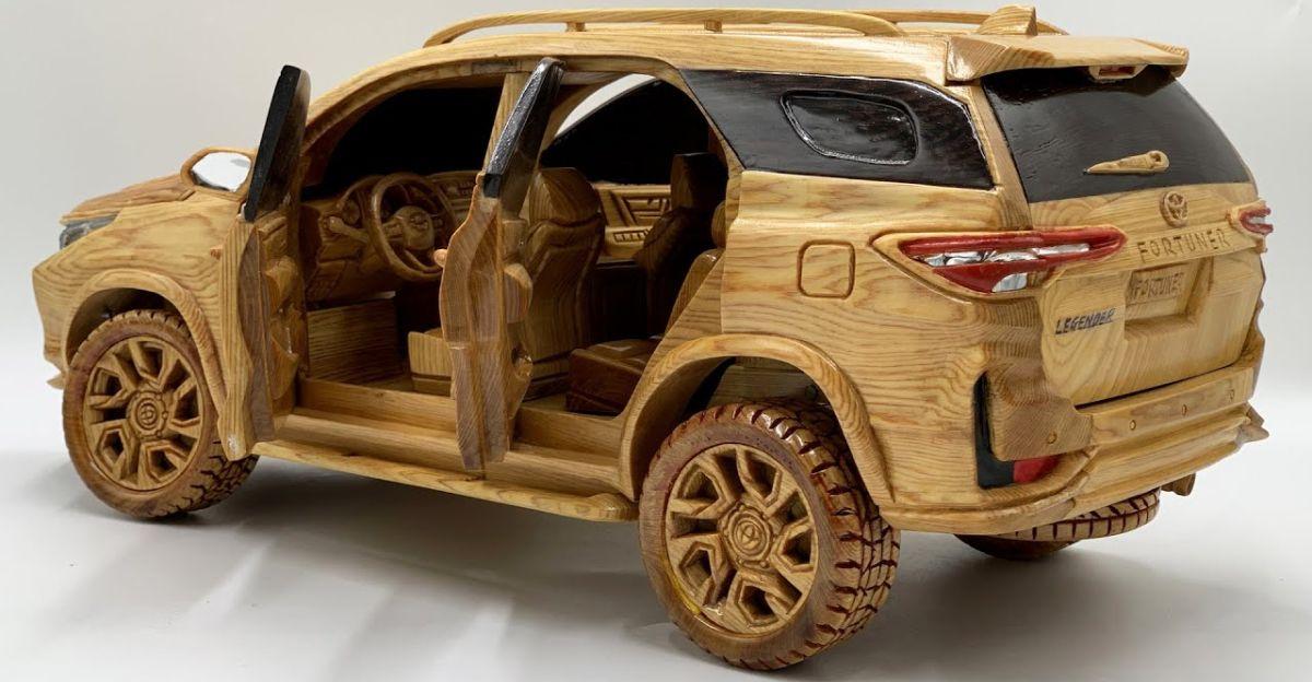 कलाकार लकड़ी से Toyota Fortuner Legender को तराशता है