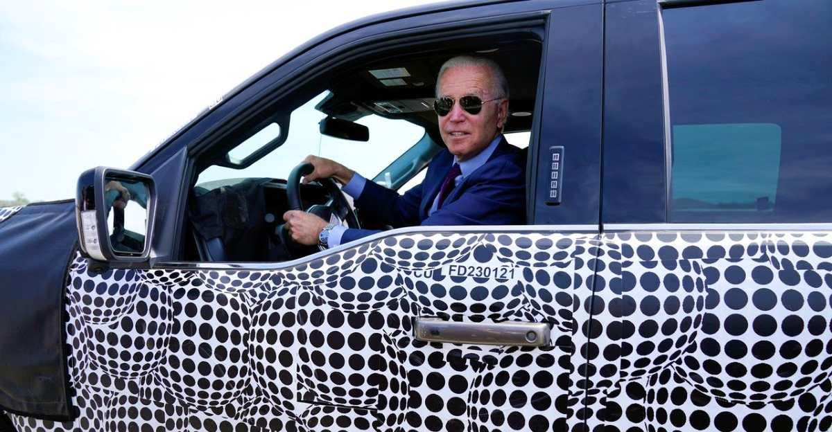 राष्ट्रपति Biden Ford F150 Lightning में एक चक्कर लेते हैं: यहां उन्होंने कहा है